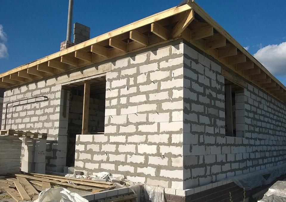 Privataus namo statybų procesas: pamatų įrengimas, pasirūpinimas sienomis, stogu ir kitais darbais